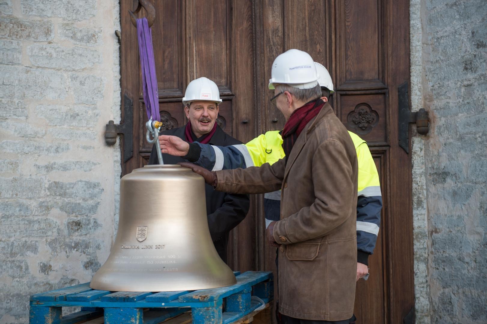 41a9e8fee53 FOTOD JA VIDEO! Jaani kiriku torni tõsteti uued kellamängu kellad - Kõik
