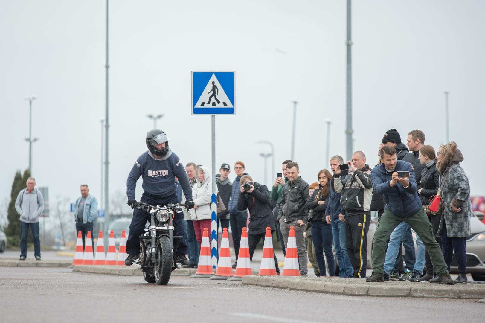 08304310e28 FOTOD JA VIDEO! Hulljulge Venemaa motokaskadöör andis Tallinnas - Video