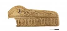 Eseme ehisliist, 15. sajandi lõpp. Keskajal kaunistati esemeid sageli luust nikerdustega või luuplaatidega, ei ole teada, mille juurde ehisplaat kuulub ja hetkel on lahtine fotol kujutatud sõnakatke _morum_ tähendus.jpg