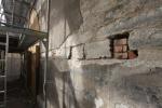 06_Lõunakabeli seinas leitud raidkivid. Foto Eero Kangor.JPG