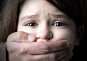 KOLETUD LOOD LASTEGA: Ema peksis tütart, kes rääkis välja, et isa on teda vägistanud