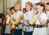 Lasteaialapsed lähevad laulupeole õpilaste õmmeldud rahvariietes