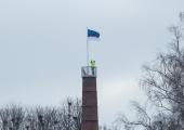 """VIDEO: Peaminister heiskas Viljandis riigilipu """"Mulgi majaka"""" otsa"""