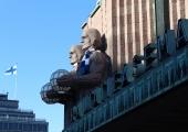 Helsingi skulptuure ehivad nädalavahetusel sinimustvalged sallid