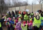 FOTOD JA VIDEO! Pealinna mudilased istutasid loomaaeda 100 puud