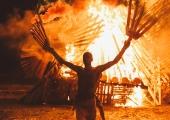 FOTOD! Non Grata põletas muusikafestivalil hiigelfööniksi