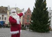 FOTOD JA VIDEO! Jõuluvana tõi kuuse Raekoja platsile
