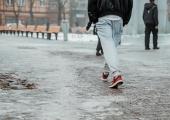 Kristiine Linnaosa Valitsus jagas libedusetõrjeks tasuta 600 kotti graniitsõelmeid