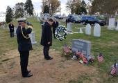Ratas asetas pärja John McCaini hauale