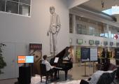 VIDEO: Pianist Arko Narits andis lennujaamas kümnetunnise kontserdi