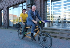 FOTOD! Pambusest jalgrattal rändurid soovivad ka tallinlasi automüra ja heitgaaside eest kaitsta