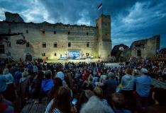 FOTOD! EV100 suvise peonädala avasündmus tõi Rakvere linnusesse täismaja