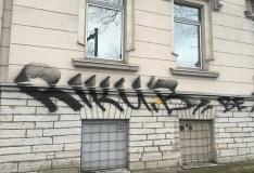 FOTOD JA VIDEO: Öösel soditi Põhja-Tallinna valitsuse hoone sein