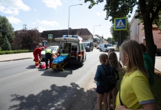 Tallinnas sõitis operatiivsõitu teinud politseiametnik otsa ülekäigurada ületanud tüdrukule