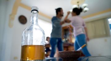 TUHANDETE PEREDE ELU ALKOHOOLIKUGA:  Mees ähvardab naist kirvega või toa põlema pista