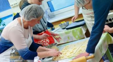 Uues sotsiaalkeskuses saavad vanad nutindust ja noored kokandust õppida