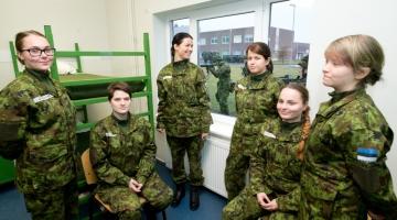 Uuring: inimesed toetavad naiste teenimist kaitseväes