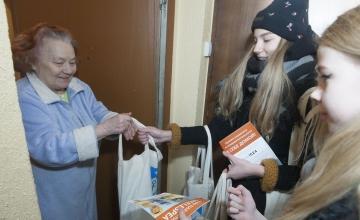 FOTOD! Põhja-Tallinna koolinoored toimetasid üksi elavatele pensionäridele koju abipakid
