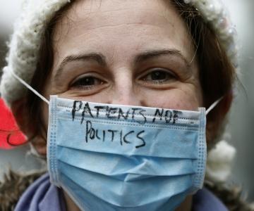 Inglismaal streikisid tuhanded nooremarstid: arstide üleväsimus on ohuks nii nende endi kui patsientide tervisele