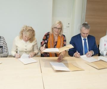 STREIK JÄÄB ÄRA: Meedikud allkirjastasid kollektiivlepingu