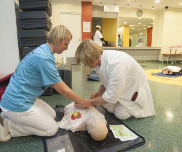 VIDEO JA FOTOD! Lastehaigla ja Punase Risti eksperdid õpetasid elustamist