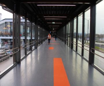 FOTOD! Lennujaama terminali ja ühistranspordikeskuse vahel avati galeriikäik