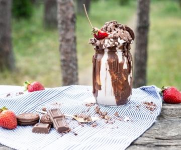 Vastupandamatu suvemaius: hõrgust šokolaadist nõretav jäätisekokteil krõmpsuvate Domino küpsiste ja värskete maasikatega