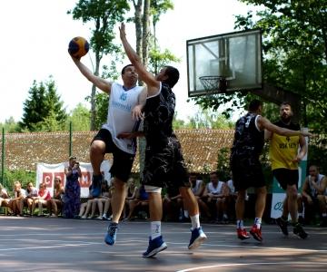 VAHVA VIDEO! Vaata, kuidas peaminister Jüri Ratas proffidega tänavakorvpallis mõõtu võtab