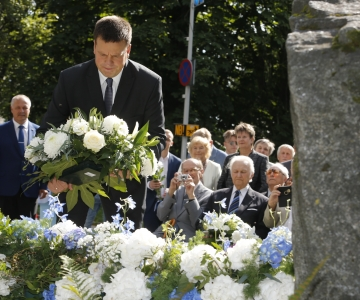 FOTOD: 20. augusti mälestuskivile asetati lilled