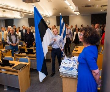 VAATA FOTOSID! Tallinna linnavolikogu saali ehib nüüd suur riigilipp