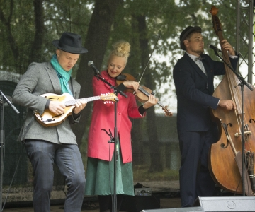 FOTOD: Kesklinna sügislaadal esines Curly Strings