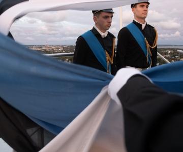 FOTOD! Kooliõpilased heiskasid täna lipu Pika Hermanni torni