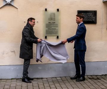 VAATA FOTOSID! 100-aastane kool Tallinna vanalinnas tähistati tahvliga