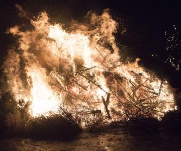 Põhja-Tallinn tähistab Metallroti aasta saabumist tuleskulptuuri põletamise ja kuuselõkke süütamisega