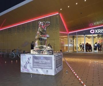 FOTOD JA VIDEO! Kristiine kaubanduskeskuse ees avati Hiina uusaasta puhul jääskulptuur
