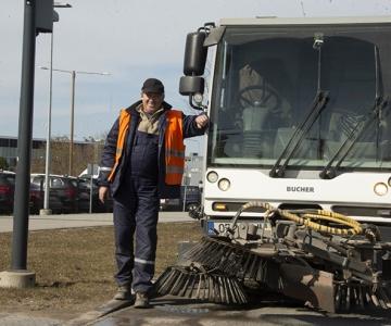 Eriolukord paneb tänavapuhastajad igal öösel bussipeatuste pinke pesema