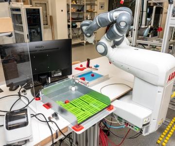 GALERII! Tehnikakõrgkooli laboris tegutseb väike iseseisev robotvabrik