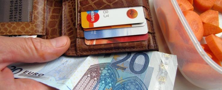 Petised rüüstavad politseid mängides eakate rahakotte