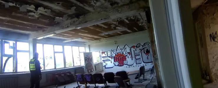 Puuküürnikud kujundasid mahajäetud hoones oma tuppa kunstinäituse