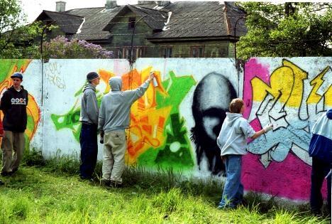 Noored kunstnikud katavad kritseldused Nõmme terviserajal graffitiga