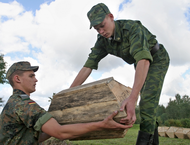 Poolas maeti ümber nelja Eesti sõduri säilmed