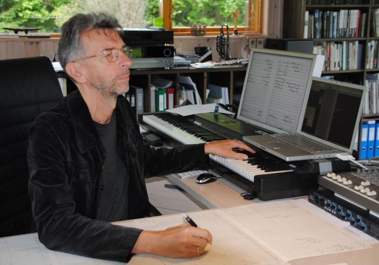 Erkki-Sven Tüür juhatab kammerorkestrit ja laulab Mustpeade majas