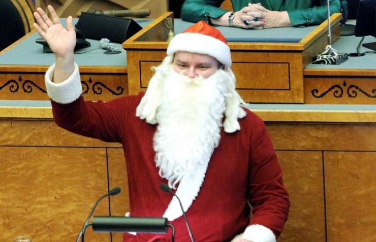 Elektrišokirelvaga Jõuluvana nõudis Riigikogus eestlastele rohkem puhkevõimet