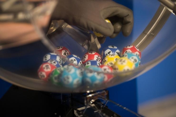 Bingo Lotoga megavõidu teeninud mees hooples rahaga, pussitas laenu küsinud sõpra ning tegi Eesti Lotosse ähvarduskõne