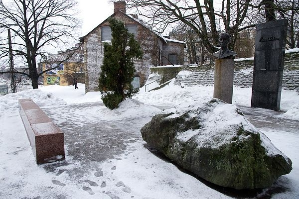 Linn paneb Paul Kerese mälestusmärgi taas särama