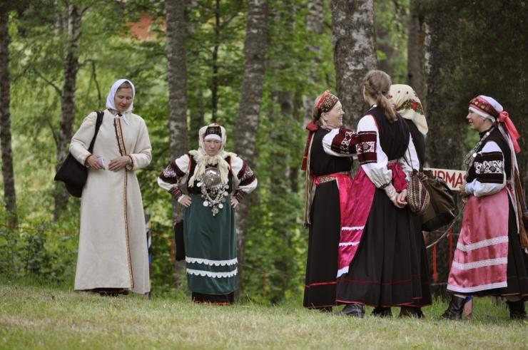 VÄRSKA: Seto Folk näitab keelt ja Setumaa kaunimaid paiku