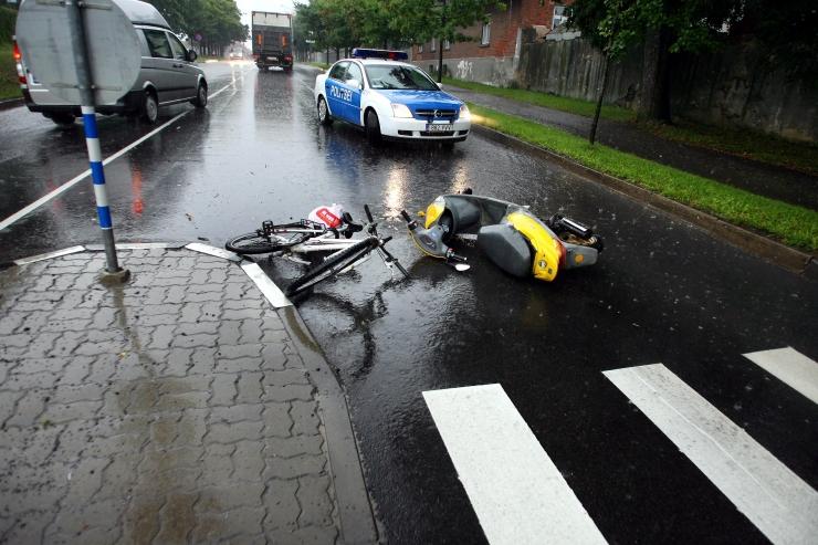 Viimsis jäi teed ületanud jalgrattur auto alla