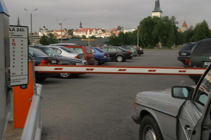 Naine viis sadama parklast minema Soome tööle sõitnud mehe auto
