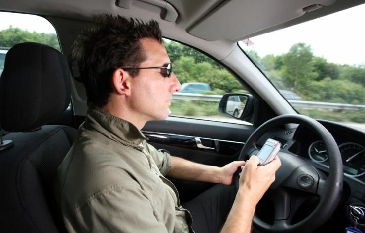 OHTLIK SÕIT: 70 protsenti juhtidest kasutab sõidu ajal mobiiltelefoni