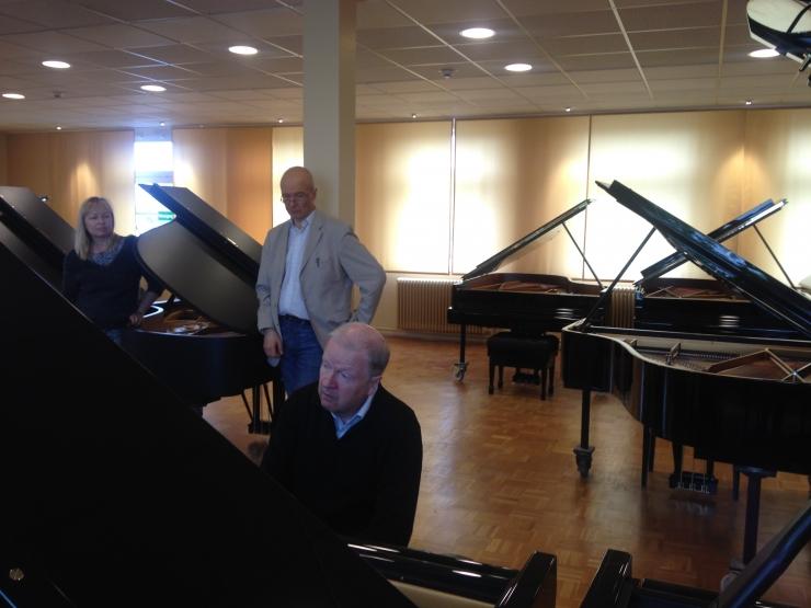 Mustpeade Maja saab uue Steinway kontsertklaveri